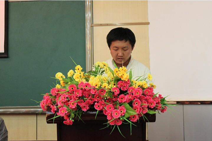 教师代表孙俊老师在发言